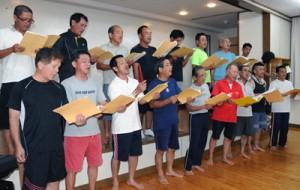 「ふるさと祭」出演に向け、練習に力を入れる手広男声合唱団=6月29日、龍郷町手広