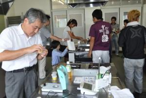 持ち寄った加工品の検査もあった研修会=28日、奄美市名瀬の奄美看護福祉専門学校