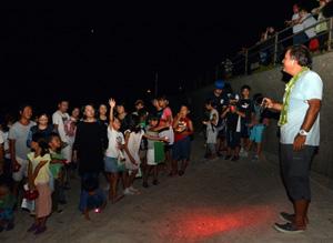 海岸でウミガメの足跡を観察する「子ども博物学士講座」の参加者=2日、龍郷町安木屋場海岸