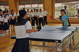 生徒と練習試合をする福原愛選手(奥)=20日、宇検村の田検中学校