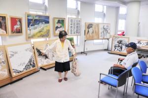 古仁屋郵便局で開かれている重博務さんの個展=11日、瀬戸内町