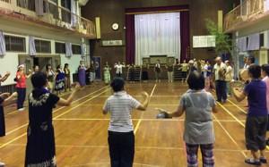 保存会メンバーと一緒に八月踊りを踊る教室生=7日、瀬戸内町西阿室(提供写真)