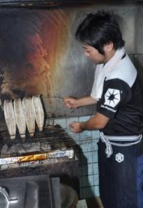 調理場には炭火で焼き上げた香ばしいにおいが漂う=29日、奄美市名瀬