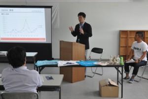 「むーるで島おこしプロジェクト」助成事業の採択を受けてプレゼンテーションする事業者=27日、徳之島町
