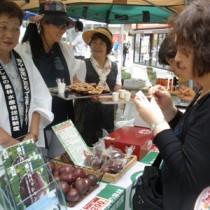 試食した人々が「おいしい」と満足げな表情を見せた瀬戸内パッション販売活動フェア=8日、東京・有楽町