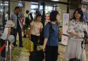 バニラ・エアで奄美大島入りした観光客ら。期間限定で増便され、地元関係者は交流人口や観光消費の拡大による経済効果に期待を寄せている=30日、奄美市笠利町の奄美空港