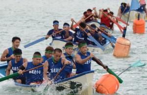 男子決勝で力強いかいさばきを見せる舟こぎの選手たち=24日、龍郷町