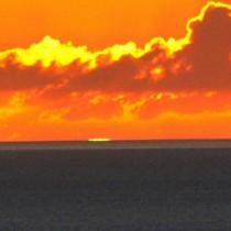 水平線上で、夕日の一部が緑色に光ったグリーンフラッシュ=4日、奄美大島(吉行秀和さん撮影)