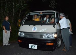 夜の林道で希少動物の輪禍事故防止を訴えるキャンペーン=30日、奄美市住用町