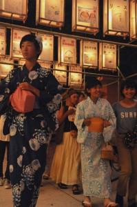 多くの人でにぎわった六月灯=30日、奄美市名瀬の高千穂神社