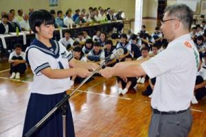 龍南中学校生徒会の若師すずか会長に1日保護観察所長を委嘱した結成式=1日、龍郷町