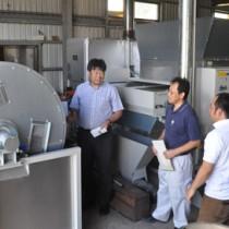 製造ラインが整備された荒茶工場を訪れた研究グループのメンバーら=26日、天城町