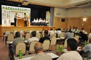 高生産量農家の表彰などもあった知名町糖業振興会総会=7日、知名町フローラル館