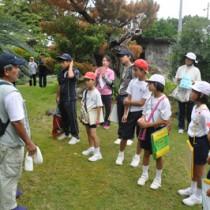 集落を巡って歴史を学んだ手々小中学校の児童生徒ら=9日、徳之島町