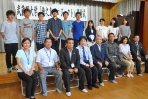 「徳之島プロジェクト」の第1班として来島した武蔵野大学の学生ら=13日、徳之島町