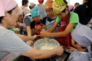 ミキ作りに挑戦する子どもたち=27日、宇検村