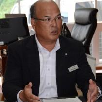 寄港地開発計画の受け入れ断念を表明した徳田町長=19日、町役場町長室