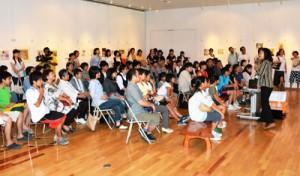 ギャラリートークに208人が訪れた「少女マンガパワー展」オープニングイベント=17日、奄美市笠利町の田中一村記念美術館