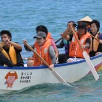 10区間を板付け舟でつないだ大島北高の笠利湾一周リレー=31日、龍郷町倉崎