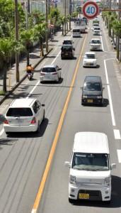 街中を行き交う車両。保有車両は年々増えている=6月30日、奄美市名瀬塩浜町