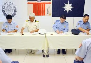 水難事故の救助に関する覚書に調印する海保、警察、消防の代表ら=12日、奄美市名瀬