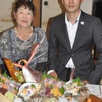 外務大臣表彰を受賞した在イタリア日本大使館公邸料理人の松田雅俊さん(右)と母親の香代子さん=17日、天城町松原