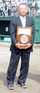 日本高野連の「育成功労賞」を受賞した久保正樹さん=2日、鹿児島市の県立鴨池球場