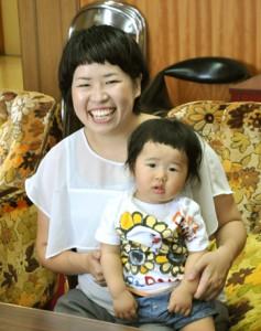 親子で奄美入りした大島つむぎちゃんと母親の陽子さん=14日、奄美市役所