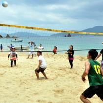 ビーチバレーで白熱したゲームを展開する若者ら=24日、瀬戸内町渡連海岸