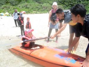 大島北高のカヌー部員からパドルさばきを教わる児童ら=3日、奄美市名瀬