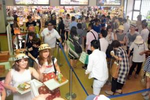 Uターンラッシュのピークを迎え、帰省客らで混雑する奄美空港=18日、奄美市笠利町