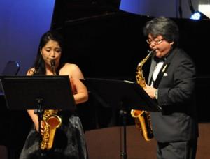 サクソフォンの二重奏で観客を魅了した(右から)幸多優さん、美裕さん親子=17日、徳之島町