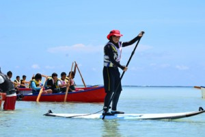 SUPや手こぎの船で、百合ケ浜から大金久海岸へと向かう大会参加者=2日、与論島