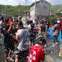 住民らが豪快に水を掛け合った「ネィンケ」=21日、徳之島町亀徳