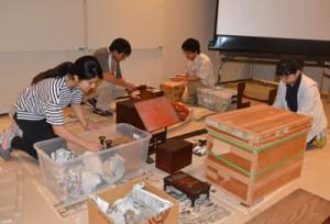 博物館実習・インターンシップで奄美大島を訪れ、博物館寄託品の整理作業に取り組む学生たち=26日、奄美市名瀬の奄美博物館