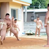 奄美合宿中の近畿大学相撲部=25日、宇検村の湯湾公民館
