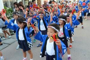 パレードではつらつと踊る子どもたち=13日、与論町