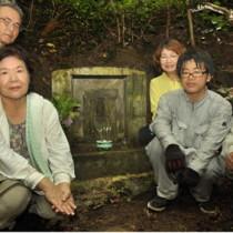 安産の神「ミツテンガナシ」と、清掃に汗を流した山田京子さん(右から3人目)ら=7月31日、瀬戸内町渡連