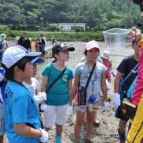 干潟の生き物を観察した龍郷町子ども博物学士講座=20日、奄美市住用町