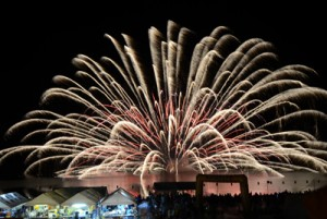 約3千発の花火が打ち上げられた宇検村やけうちどんと祭=7日、湯湾港