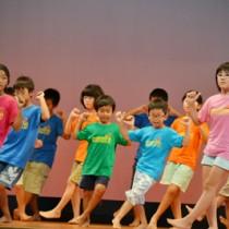 ダンスなど元気な発表が続いた子ども会大会=27日、与論町砂美地来館