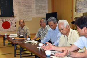 高野さん(奥)らと復帰運動の意義を語り合う参加者=4日、鹿児島市の上之園町公民館