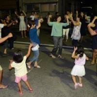 八月踊りに続く六調で盛り上がる人々=17日、龍郷町中戸口