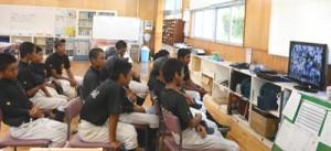 奄美出身選手に声援を送る金久中野球部のメンバー=10日、金久中学校