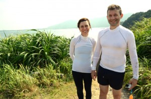 奄美視察でマリンレジャーを体験したライトさんとモルガドさん(写真右から)=21日、龍郷町の倉崎海岸