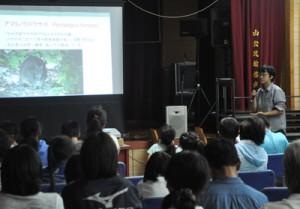 専門家らを講師に「奄美・琉球」の世界自然遺産登録をテーマにあった講演会=7日、徳之島町