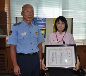 奥平署長(左)から感謝状を受け取った田皆郵便局の林さん=23日、沖永良部署