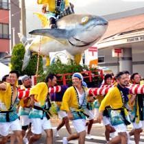 「わっしょい、わっしょい」の掛け声とともにみこしを担ぐ参加者=20日、瀬戸内町古仁屋