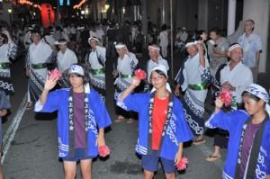 熱気に包まれた恒例の八月踊り=6日、奄美市名瀬