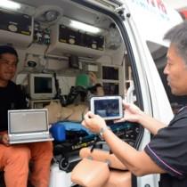 奄美地域へのドクターヘリ導入を前に、県立大島病院や大島地区消防組合などが参加してあった情報連携機器の実証実験=23日、奄美市名瀬